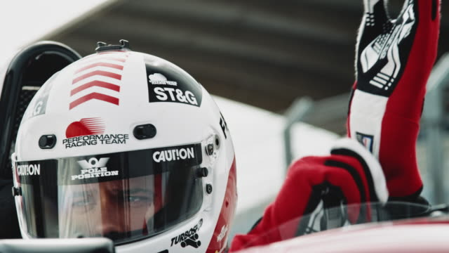 racedriver는 그의 장갑에 박 았 - 레이싱 스톡 비디오 및 b-롤 화면