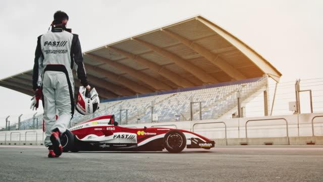 vídeos de stock e filmes b-roll de racedriver walks to his car - campeonato