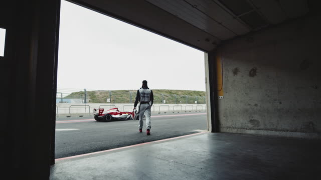 racedriver는 그의 차에 걸어 - 레이싱 스톡 비디오 및 b-롤 화면
