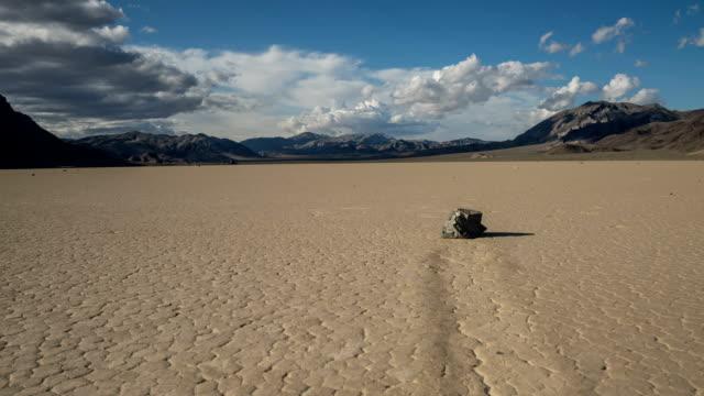 vídeos de stock e filmes b-roll de racetrack playa at death valley national park time lapse - parque nacional do vale da morte
