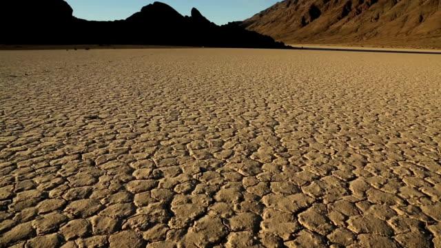 vídeos de stock e filmes b-roll de pista de corridas playa no vale da morte - parque nacional do vale da morte
