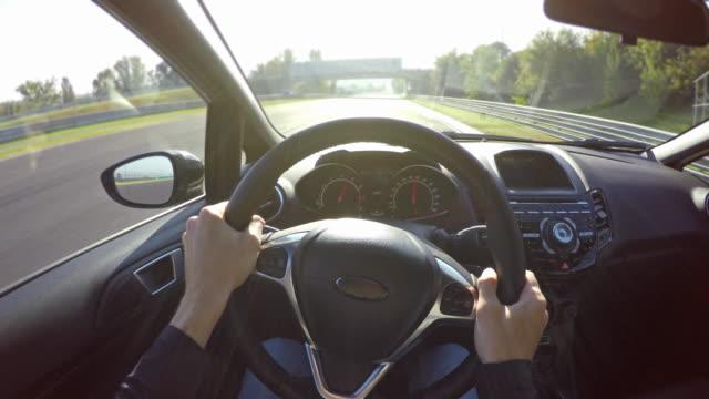 racing på en racerbana, professionell sport bilförare synvinkel - växelspak bildbanksvideor och videomaterial från bakom kulisserna