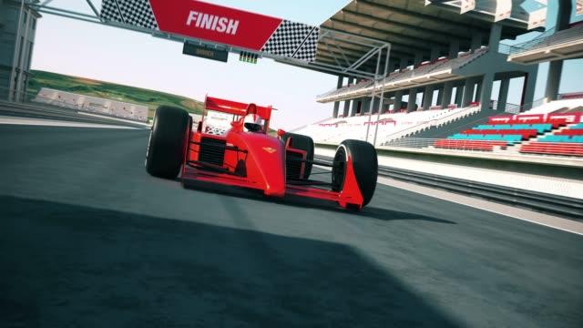 Bitiş çizgisine çapraz ve yarış kazanan araba yarışı. Farklı güneş ışığı video