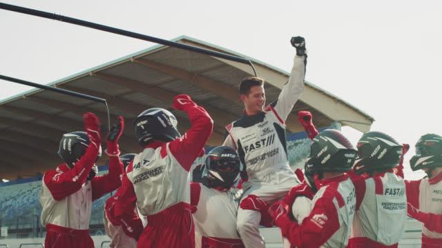 vídeos y material grabado en eventos de stock de racing equipo celebra victoria en lugar de deportes - ganar