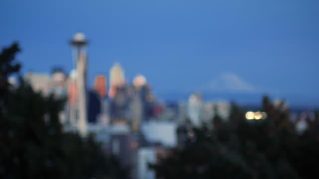 레이니어 산 배경을 사용하여 상징적인 시애틀 스카이라인 관점에 초점 걸기 - seattle 스톡 비디오 및 b-롤 화면
