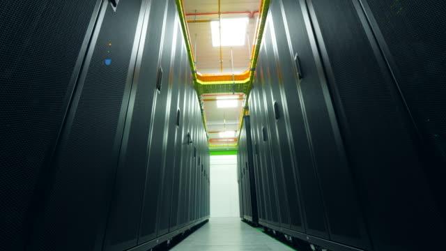 コンピュータ付きラックは、データセンターの部屋に立っています。 - スーパーコンピューター点の映像素材/bロール