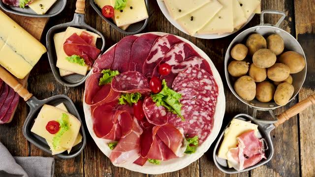 raclette-käse und verschiedene fleischsorten - raclette stock-videos und b-roll-filmmaterial