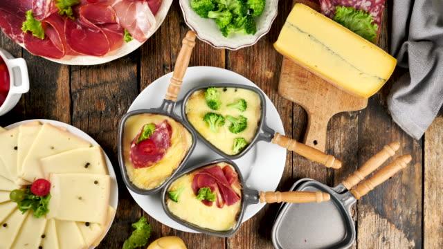 vidéos et rushes de fromage raclette fondu avec ingrédient - raclette