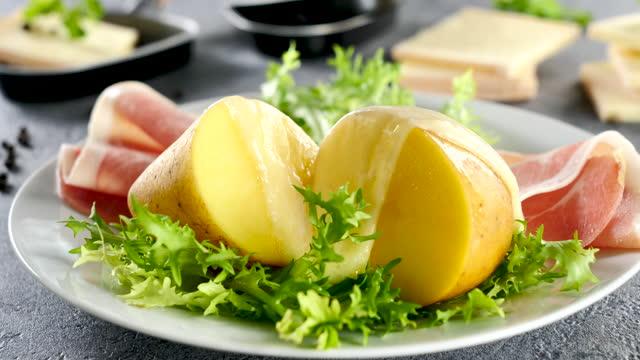 raclettekäse, kartoffel und schinken - raclette stock-videos und b-roll-filmmaterial