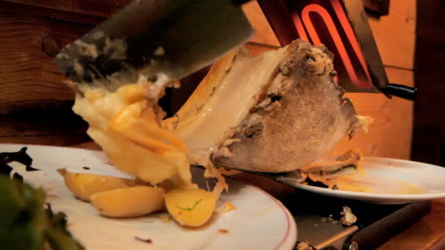 vidéos et rushes de raclette repas au ralenti - raclette