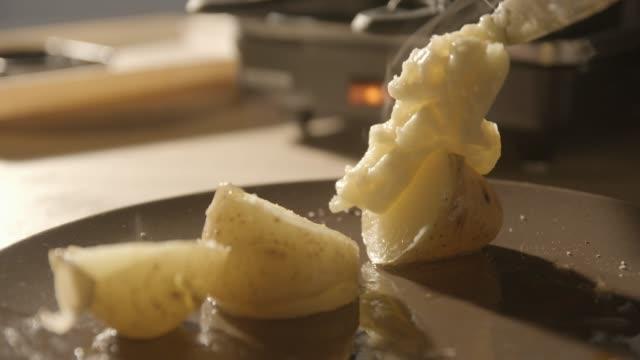 raclette schweizer und französisches essen, 4k zeitlupe - raclette stock-videos und b-roll-filmmaterial