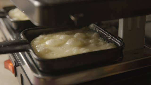 vidéos et rushes de raclette suisse et français repas, 4k slow motion - raclette