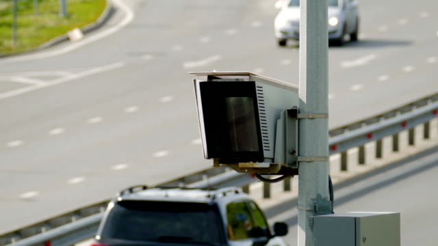 stockvideo's en b-roll-footage met radar controle flitspaal op de weg. close-up - maximumsnelheid bord