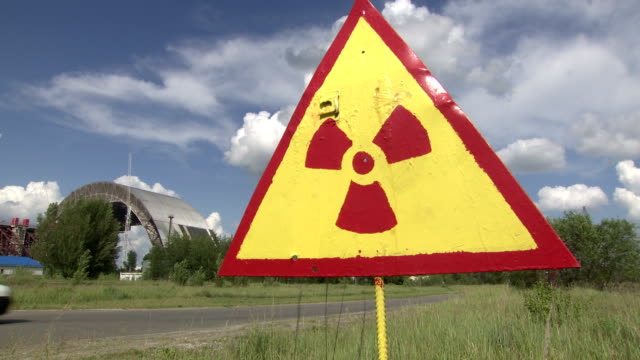 segnale di pericolo di radiazioni. - reattore nucleare video stock e b–roll
