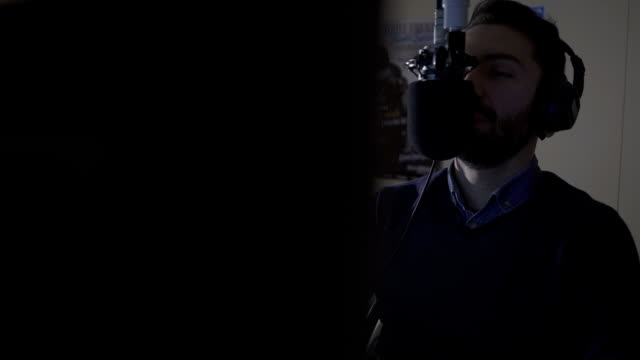 vídeos de stock, filmes e b-roll de dj de rádio em estúdio falar com o público - podcast