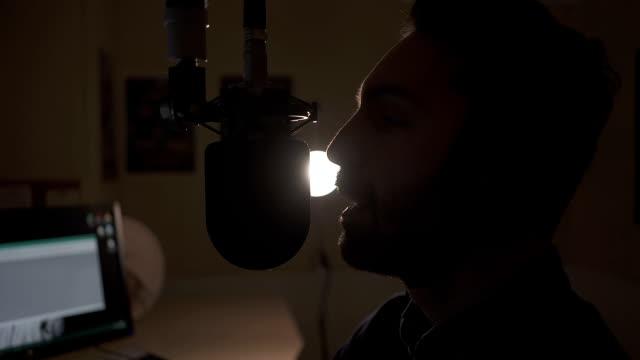 vídeos de stock, filmes e b-roll de rádio dj falando no ar - podcast