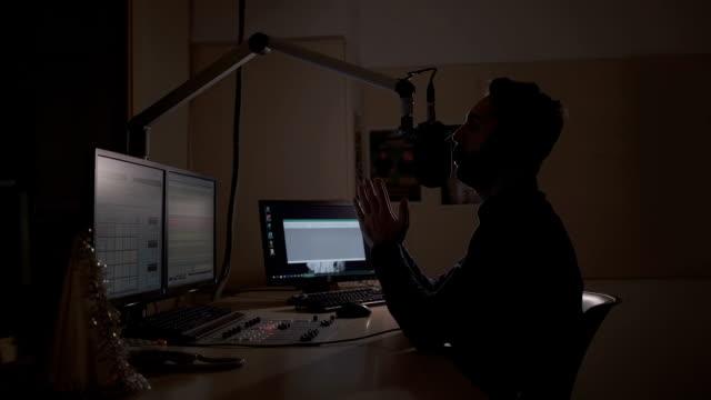 vidéos et rushes de dj de radio travaillant en studio d'enregistrement - podcasting