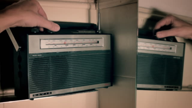 Radio vintage, mano moviendo el dial video