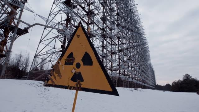 radioactivity symbol in front of duga radar, cherbonyl - reattore nucleare video stock e b–roll