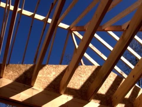 вид потерпевшего крушения рафтера, панорамирование - элемент здания стоковые видео и кадры b-roll