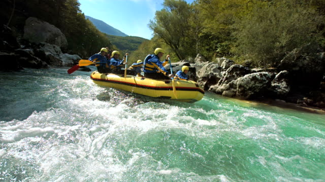 hd-zeitlupe: rafter running den rapids - rudern stock-videos und b-roll-filmmaterial