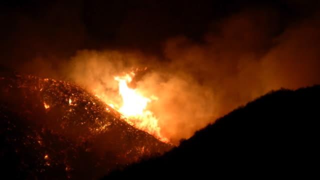 fuoco nella california meridionale collina 2 - incendio doloso video stock e b–roll