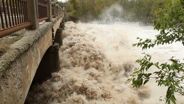 Raging River Floodwater unter eine Brücke – Video