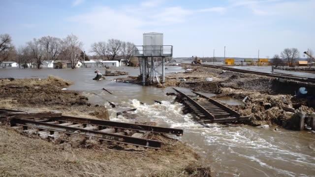 vidéos et rushes de les torrents déchaînés de l'eau prennent la route et les voies ferrées pacific junction flood - desastre natural