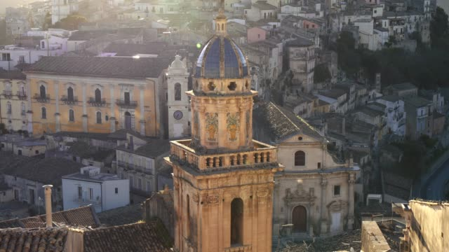 古沙 ibla, 西西里島, 義大利。maiolica 屋頂鐘樓的聖瑪麗亞戴爾 ' 聖瑪麗亞教堂日落 - sicily 個影片檔及 b 捲影像