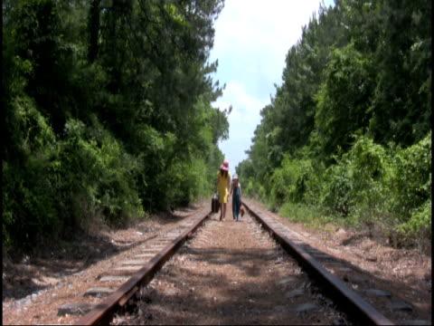 железнодорожный детей hd - сбежавший из дома стоковые видео и кадры b-roll