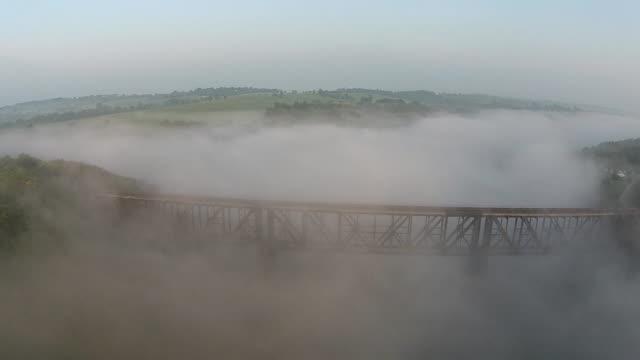 ferrovia di nebbia - monti appalachi video stock e b–roll