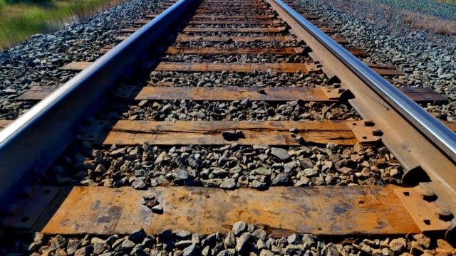 ferrovia punto di vista colpo, inclinazione fino a scatto - ovest video stock e b–roll