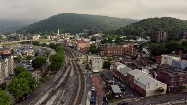 binari ferroviari per rail station nella piccola città di cumberland maryland - monti appalachi video stock e b–roll