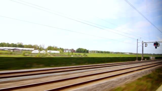 vídeos de stock, filmes e b-roll de velocidade de trem da estrada de ferro em movimento. trilho rápido assim. comboio de alta velocidade - transporte ferroviário
