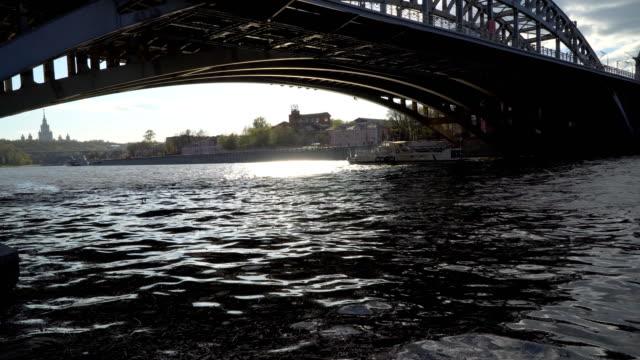 vídeos de stock, filmes e b-roll de ponte de ferro sobre um rio largo - característica arquitetônica