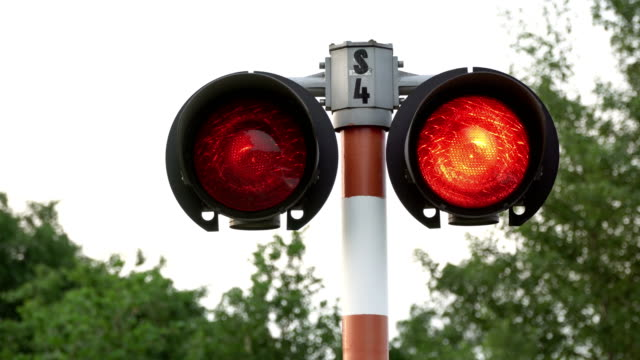stockvideo's en b-roll-footage met spoorlijn kruising signaal pulserende in het rood. - verkeersbord
