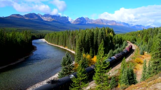 vídeos y material grabado en eventos de stock de ferrocarril en las montañas rocosas canadienses en otoño - canadá