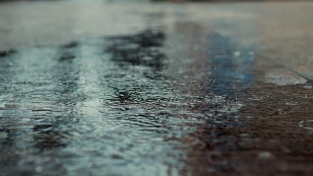 beton zeminde yağmur ve dalgalanma - islak stok videoları ve detay görüntü çekimi