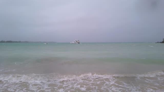 モーリシャス島、モーリシャス、メルビルビーチのサイクロン中の雨と風と本当に悪天候 ビデオ