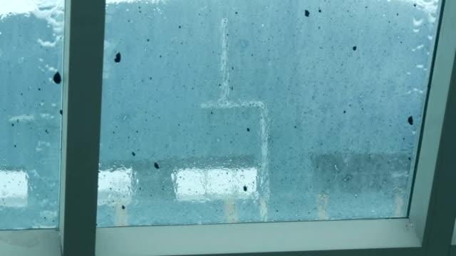 vídeos de stock, filmes e b-roll de gotas de chuva sobre o vidro sujo. chuvas tropicais na tailândia - relevo