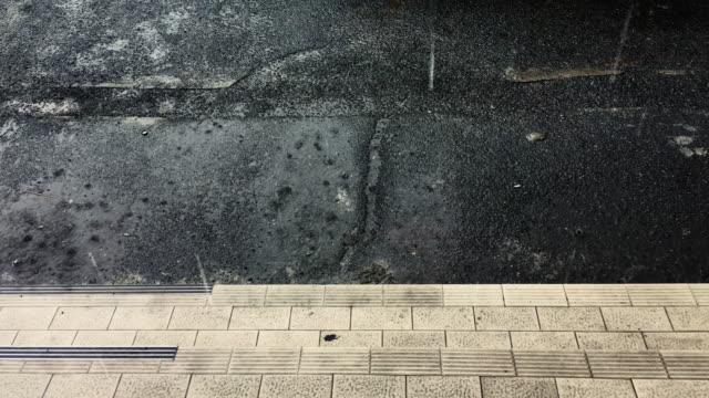 regentropfen auf der treppe - asphalt stock-videos und b-roll-filmmaterial