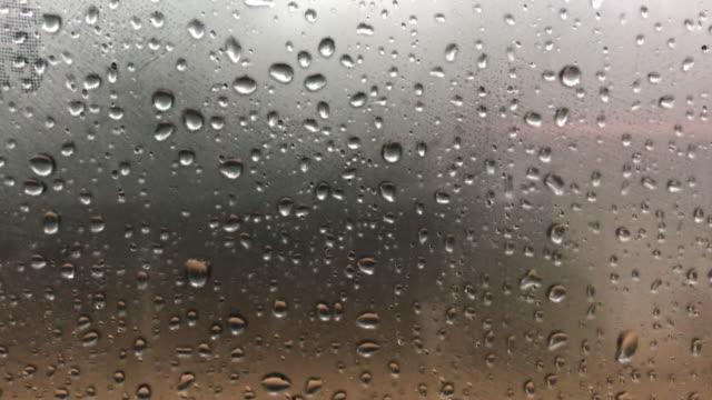 regen-tropfen mit nebel vor dem auto hintergrund - regentropfen stock-videos und b-roll-filmmaterial