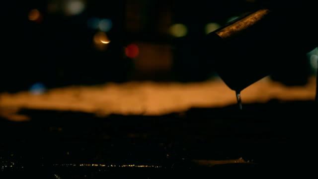 regentropfen fallen aus der gosse, autolichter im hintergrund - krakau stock-videos und b-roll-filmmaterial