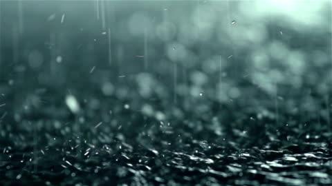 vidéos et rushes de gouttes de pluie tombant en rez-de-chaussée, au ralenti - pluie