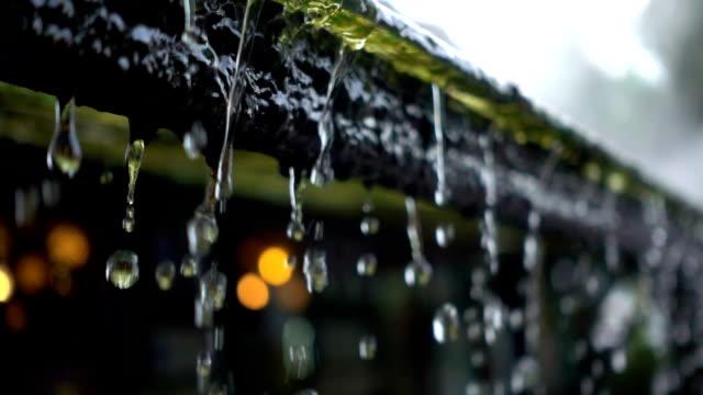 slo mo 雨粒屋根から落ち続ける - 屋根点の映像素材/bロール