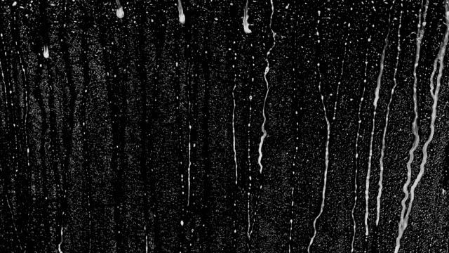 vídeos y material grabado en eventos de stock de la lluvia cae sobre un fondo negro. el fondo se puede quitar usando un modo de fusión como add. - gota líquido