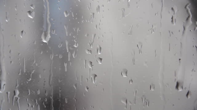 vídeos de stock, filmes e b-roll de gotas de chuva na janela de vidro de deslizamento - nublado