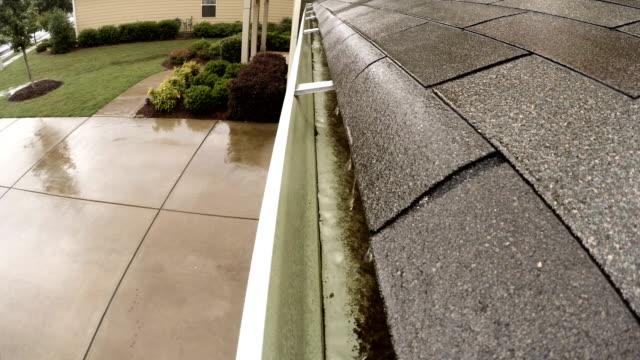 vídeos de stock e filmes b-roll de rain gutter storm roof shingles neighborhood - telhado