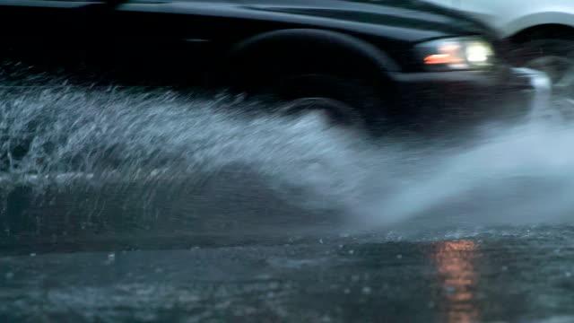 vídeos de stock e filmes b-roll de rain in rush hour - poça