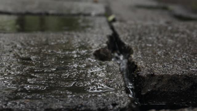 rain in the city - marciapiede video stock e b–roll